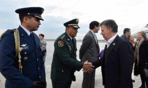 Al llegar a Estados Unidos, el Presidente Juan Manuel Santos fue recibido este miércoles por funcionarios colombianos, entre ellos el general Jaime Lasprilla, Agregado Militar, y el coronel Juan Carlos Rueda, Agregado Aéreo.