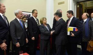 Lleana ros-lehtinen, integrante de la Cámara de Representantes por el Estado de Florida, recibe al Presidente, quien estuvo acompañado por el embajador en Estados Unidos, Juan Carlos Pinzón y el Ministro de Defensa, Luis Carlos Villegas.