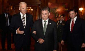 El Jefe del Estado, Juan Manuel Santos, en compañía del Vicepresidente de EEUU, Joe Biden, a quien condecoró este jueves por su apoyo a Colombia. A su lado el Embajador en Washington, Juan Carlos Pinzón.