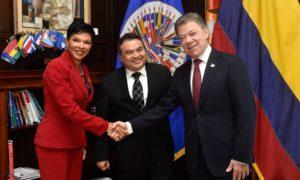 El Presidente Juan Manuel Santos saluda a los miembros de la OEA que le dieron la bienvenida en la sede del organismo, momentos antes de intervenir ante el Consejo Permanente.