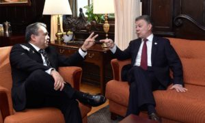El Secretario General Adjunto de la OEA conversa con el Presidente Santos, momentos antes de que el Jefe del Estado se dirija ante el Consejo Permanente de la organización.
