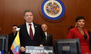 El Presidente Juan Manuel Santos recibe una ovación por parte de los representantes permanentes de los países miembros de la OEA, ante la firma del nuevo Acuerdo de Paz.