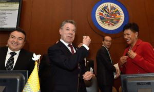 El Presidente Santos regaló el símbolo de la paz a cada uno de los miembros del Consejo Permanente de la OEA, que respaldó por aclamación el nuevo acuerdo de paz.