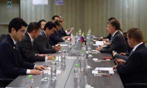 El Presidente Juan Manuel Santos se reunió este sábado con el Primer Ministro de Japón, Shinzo Abe, en el marco de la XXVI Cumbre de APEC, en Lima. Dijo que Japón tiene lo que Colombia necesita y viceversa.