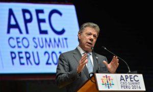 """""""Tenemos que facilitar mucho más el comercio para hacerlo crecer y que ese crecimiento del comercio se traduzca en mayor crecimiento de las economías"""", declaró este sábado el Presidente Santos ante 500 empresarios en el foro de líderes de APEC."""