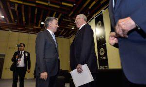 El Presidente anfitrión de la XXIV Cumbre de APEC, el peruano Pedro Pablo Kuczynski, dialoga con el Jefe del Estado colombiano, Juan Manuel Santos, en la jornada final del certamen celebrado en Lima.