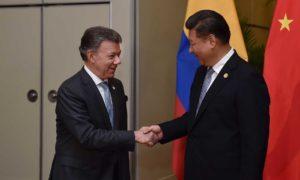 El Presidente Santos saluda al Presidente de China, Xi Jinping, con quien tuvo una entrevista en la capital peruana con motivo de la Cumbre del Asia-Pacífico.