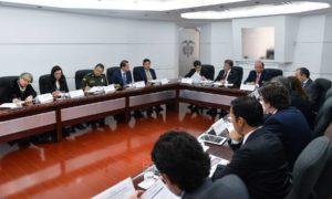 El Presidente Juan Manuel Santos encabeza la reunión de la Comisión de Alto Nivel de Derechos Humanos, a la que asisten los Ministros del Interior y de la Defensa, el Fiscal General y el Director de la Policía Nacional, entre otros funcionarios.