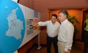 El Ministro de Transporte, Jorge Eduardo Rojas, muestra al Presidente Santos los avances de los proyectos de infraestructura que se adelantan en el país, previamente a la clausura del Congreso del sector este viernes en Cartagena.