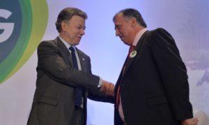 EL Presidente Juan Manuel Santos recibe la bienvenida del Presidente de la Nueva Federación Ganadera de Colombia, Alfredo García Burgos al Foro Encuentro de la Prosperidad Ganadera.
