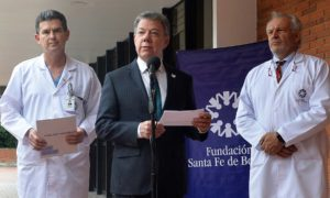 El Presidente Juan Manuel Santos lee una declaración al salir del Hospital Universitario Fundación Santa Fe de Bogotá, acompañado por directivos de la institución.