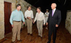 El Presidente Juan Manuel Santos y el Vicepresidente de Estados Unidos, Joe Biden, junto con sus delegaciones, al ingresar este jueves a la Casa de Huéspedes Ilustres de Cartagena.