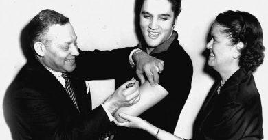 Elvis Presley vacunandose contra la polio en los 50, impulsó la vacunación masiva